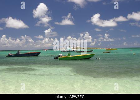 Angelboote/Fischerboote am Strand im Hafen der Insel aus die Insel Anguilla in der Karibik West Indies schweben - Stockfoto