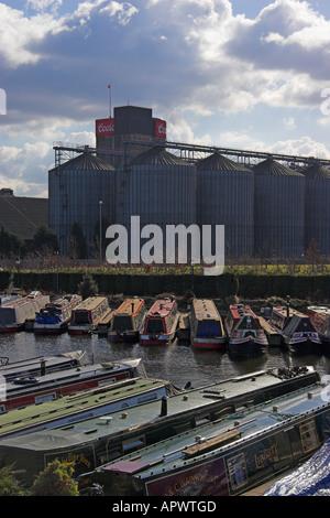 Shobnall Wharf an der Trent und Mersey Kanal und die Coors Brewery, Burton-Upon-Trent, Staffordshire, England Stockfoto