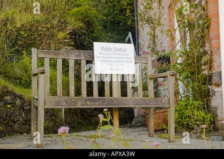 """Sitzbank außen Martin Ellingham Haus im britischen TV-Serie """"Doc Martin"""" in Port Isaac Cornwall gedreht - Stockfoto"""