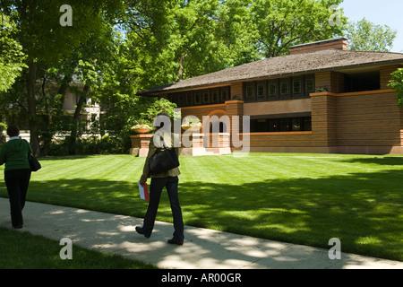 ILLINOIS Oak Park Frauen vorbei Arthur Heurtley-Haus, entworfen von Frank Lloyd Wright-historische Prärie-Stil-Architektur - Stockfoto