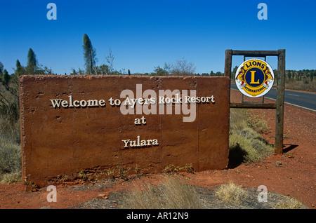 Ayers Rock Resort Schild, Yulara, Berg Uluru, Kata Tjuta National Park, Northern Territory, Australien - Stockfoto