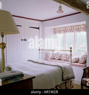 Schlafzimmer mit gusseisernen Bett in englischen Landhaus - Stockfoto