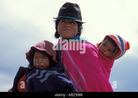 junge einheimische südamerikanische Mutter mit ihren beiden Kindern in den Anden Berge Ecuador Südamerika - Stockfoto
