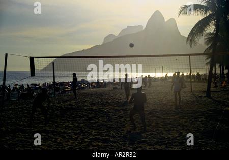 Die Einheimischen spielen Fussball-Volleyball am späten Nachmittag am Strand von Ipanema, Rio De Janeiro, Brasilien.