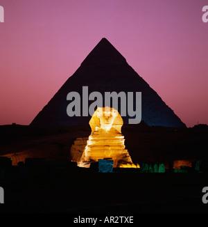 Sphinx und Pyramiden, mit violetten Himmel, dramatische Son et Lumiere Nacht Unterhaltung an den Pyramiden von Gizeh - Stockfoto