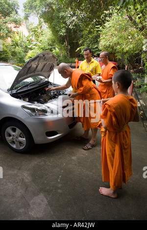 Buddhistische Mönche segnen Toyota Neuwagen im Wat Phra Keo / Kaeo Tempel, Chiang Rai, Thailand - Stockfoto