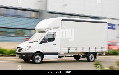 Mercedes Benz Sprinter Luton Vorhang einseitige LKW entlang einer Straße in England zu beschleunigen. - Stockfoto