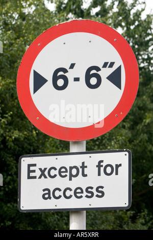 Kein Zugang für Fahrzeuge über 6 Fuß 6 Zoll in der Breite außer Zufahrtsstraße Zeichen - Stockfoto