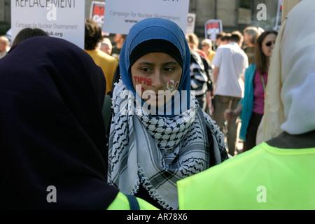 Muslimische Mädchen an der Anti-Irak-Krieg-Demo in Manchester UK - Stockfoto