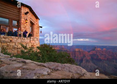 Menschen nehmen in den Sonnenuntergang von der Lodge an der North Rim des Grand Canyon National Park Service - Stockfoto