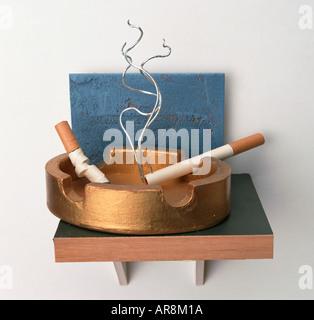 Metalldrähte bilden Rauch blauer Spirale aus einer Zigarette zwei Modell-Zigaretten brennen in goldene Aschenbecher, - Stockfoto