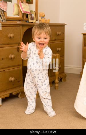 Einjähriges Baby junge Kleinkind gerade seine ersten Schritte - Stockfoto