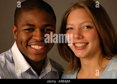 Lächeln und Lachen junge gemischte Rade paar. - Stockfoto