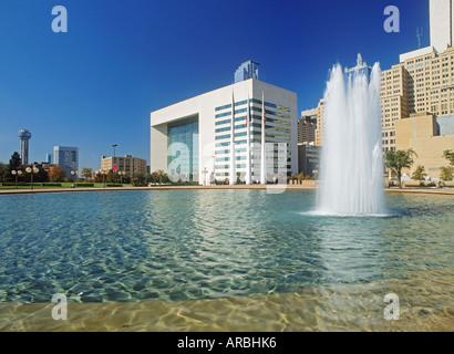 City Hall Plaza Brunnen in der Innenstadt von Dallas - Stockfoto
