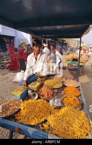 Imbiss Imbissstand und Standinhaber, Dhariyawad, Bundesstaat Rajasthan, Indien - Stockfoto
