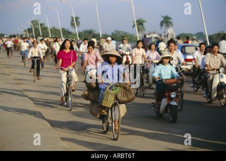 Radfahrer im morgendlichen Berufsverkehr auf Phu Xuan zu überbrücken, Hue, Vietnam, Indochina, Südostasien, Asien - Stockfoto