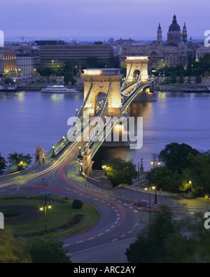 Kettenbrücke über die Donau und St. Stephens Basilica, Budapest, Ungarn, Europa - Stockfoto