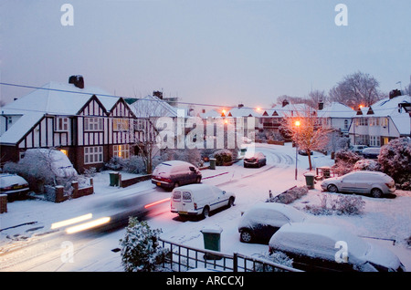 Verschneite Straßenszene, Surrey, Greater London, England, Vereinigtes Königreich, Europa - Stockfoto