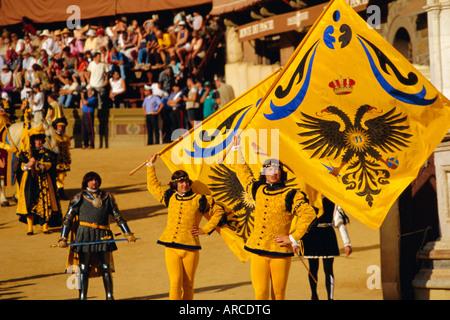 Der Palio, Standartenträger des Aquila (Adler) Contrada, Siena, Toskana, Italien, Europa - Stockfoto