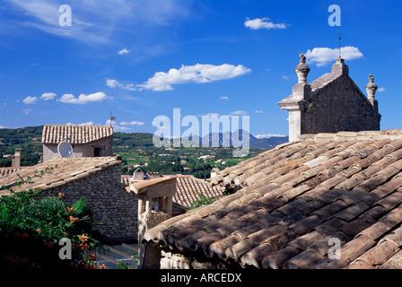 Blick über Ziegeldächer in Oberstadt, Vaison-la-Romaine, Vaucluse, Provence, Frankreich - Stockfoto