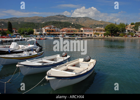 Der Hafen von Kassiopi, Korfu, Griechenland, mit kleinen Booten zum mieten im Vordergrund - Stockfoto