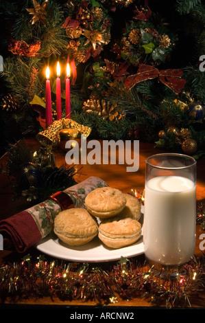 Santas Leckerbissen zum Abendessen: hausgemachte Hackfleisch-Kuchen mit einem Glas Milch - hausgemachte Torten - Stockfoto