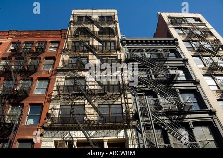 Feuer entweicht an der Außenseite der Gebäude in Spring Street, Soho, Manhattan, New York City, New York, USA, Nordamerika - Stockfoto