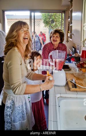 Eine Frau bereitet ein Thanksgiving Dinner Cranberry-sauce - Stockfoto