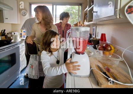 Ein Kind bereitet ein Thanksgiving Dinner Cranberry-sauce - Stockfoto