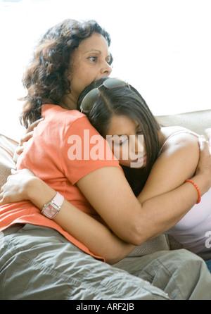 Eine Mutter tröstet ihre Tochter verärgert - Stockfoto