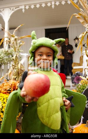 Porträt des jungen Holding Apple und Süßes oder Saures zu Halloween