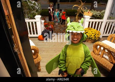 Porträt des jungen Süßes oder Saures zu Halloween
