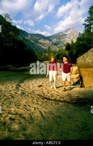 Wanderer folgen einer sandigen Trail in der Nähe von Mirror Lake Yosemite-Nationalpark in Kalifornien. - Stockfoto