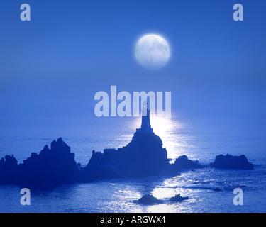 GB - JERSEY: Mond über La Corbiere Leuchtturm - Stockfoto