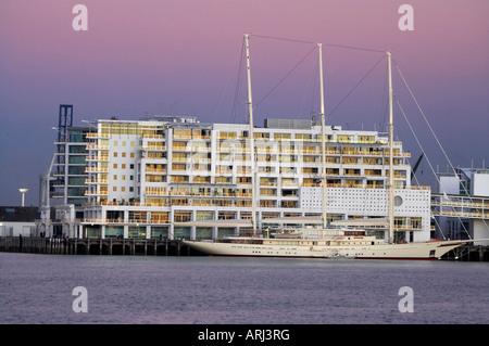 Twilight-Großsegler und Hilton Hotel Princes Wharf Auckland Nordinsel Neuseeland - Stockfoto