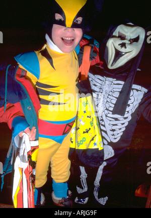 Kinder gekleidet in Halloween-Kostümen als Skelett und Robin 4 Jahre. St Paul Minnesota MN USA - Stockfoto
