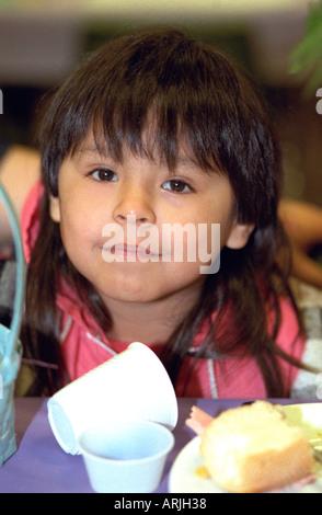 Mädchen Alter 6 Essen Osteressen in kirchlichen Suppenküche. Austausch von Wohltätigkeitsorganisationen, Minneapolis - Stockfoto