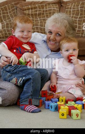 Sechs Monate altes Baby Spiel mit Bausteinen mit Großmutter - Stockfoto