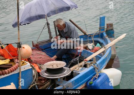 Alter Mann Sitzt Unter Sonnenschirm Auf Boot Reparatur Angeln Net