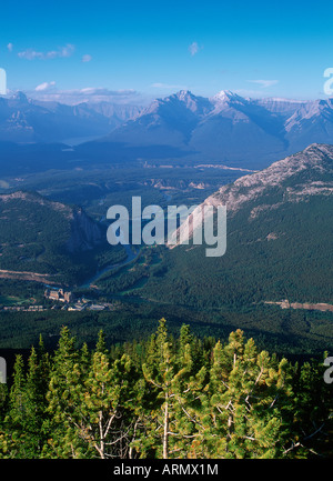 Blick hinunter vom Sulphur Mountain, Banff Springs Hotel und Golfplatz Townsite, Alberta, Kanada. - Stockfoto