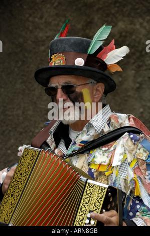 Border Morris Dancer Spielen Akkordeon England Wales Grenze - Stockfoto