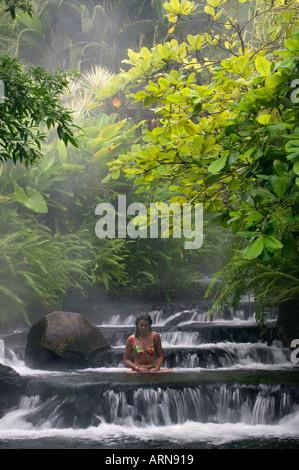 Ein Besucher wohnen Sie in einer der warmen Ströme, die durch Tabacon Hot Spring Resort & Spa Costa Rica fließt - Stockfoto