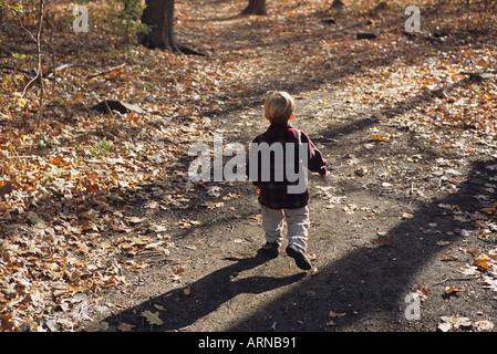 Kleiner Junge zu Fuß unterwegs Weg allein - Stockfoto