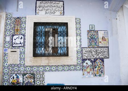 Hauswand oder Fenster eines tunesischen Hauses in Hammamet, Tunesien - Stockfoto
