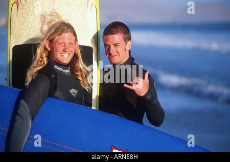 zwei junge männliche Surfer am Strand, Pacific Rim, Kish, Vancouver Island, British Columbia, Kanada. - Stockfoto