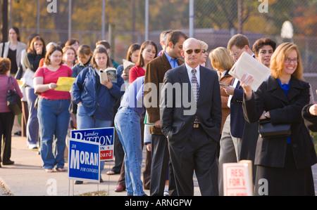 ARLINGTON VIRGINIA USA - Wähler Line-up in den frühen Morgenstunden, bei den Präsidentschaftswahlen zu stimmen - Stockfoto
