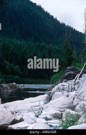 Nimpkish Fluss - junger Mann springen, Vancouver Island, British Columbia, Kanada. - Stockfoto