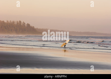 Pacific Rim National Park, Long Beach, Surfer geht Küstenlinie, Vancouver Island, British Columbia, Kanada. - Stockfoto