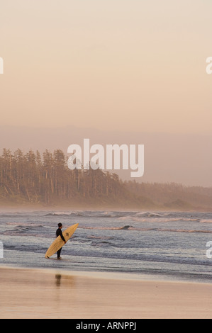 Surfer am Ufer, Pacific Rim National Park, Long Beach, Vancouver Island, British Columbia, Kanada. - Stockfoto