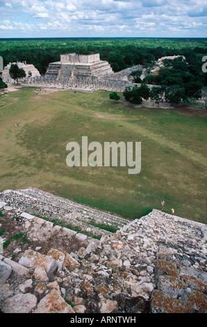 Mexiko, Yucatan-Halbinsel in Chichen Itza, Tempel der Krieger von Pyramide betrachtet - Stockfoto